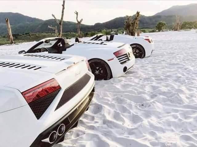 Ferrari 458 Spider, Audi R8 V10 Spyder và Lamborghini Gallardo LP560-4 Spyder xếp cạnh nhau trên bờ cát trắng muốt.