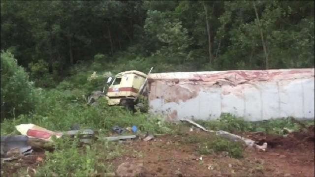 Xe container lao xuống vực, tài xế và phụ xe may mắn thoát chết
