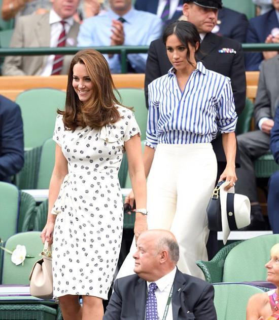 Meghan được cho là luôn theo dõi những cử chỉ của Kate để bắt chước trong lần cùng chị dâu đi xem giải Wimbledon hồi tháng 7. Ảnh: WireImage.
