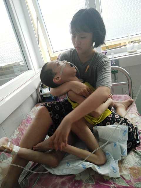 Mẹ mất sớm, Lê Hoàng Yến phải vất vả chăm sóc em trai.