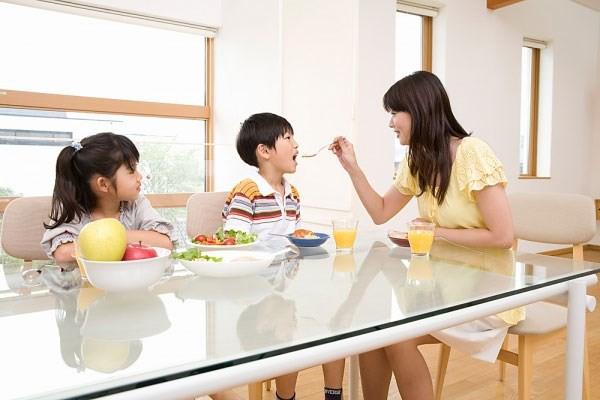 Thương con theo cách cung phụng, phục vụ con đang là thực trạng đáng lo hiện nay trong cách dạy con. Ảnh minh họa không liên quan đến bài viết.