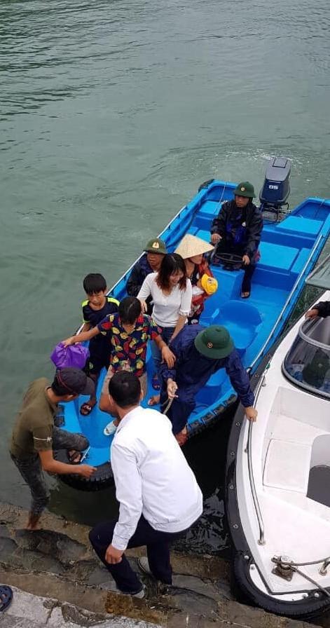 Công tác sơ tán người dân ở huyện đảo Cát Hải được triển khai trong sáng nay. Ảnh: X.Thủy