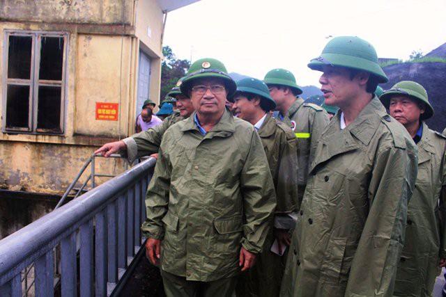 Phó Thủ tướng Chính phủ Trịnh Đình Dũng kiểm tra công tác phòng, chống bão tại hồ Cửa Đạt, huyện Thường Xuân