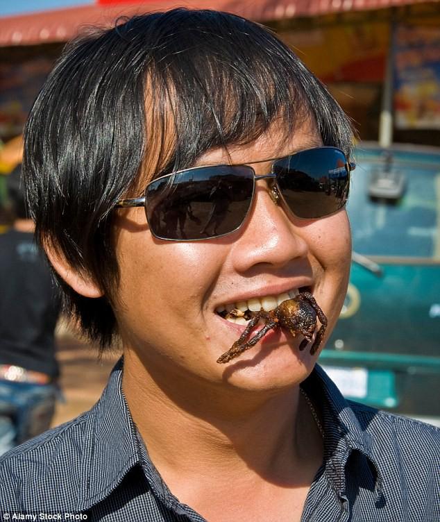 Du khách thưởng thức món nhện đen chiên theo kiểu Campuchia