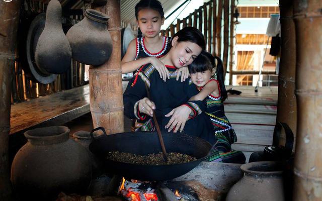 Hình ảnh bà Diệp Thảo và các con gái quây quần bên bếp lửa.