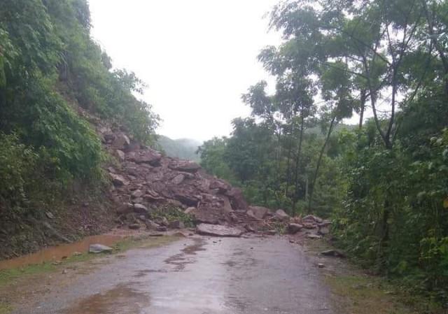 Sạt lở tại tuyến Quốc lộ 15c khiến giao thông bị tê liệt tại huyện Mường Lát