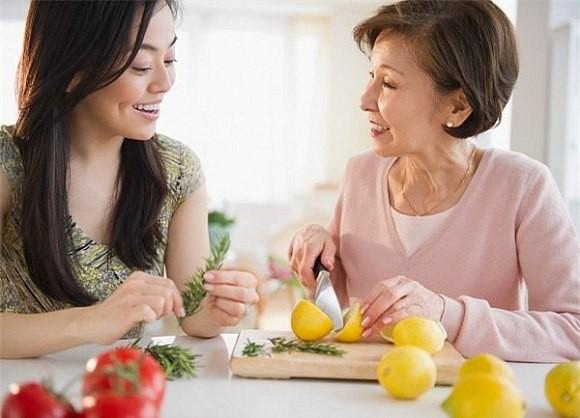 ' Vợ luôn hòa hợp với mẹ chồng cũng giúp gia đình thoải mái, dễ chịu hơn. Ảnh minh họa '