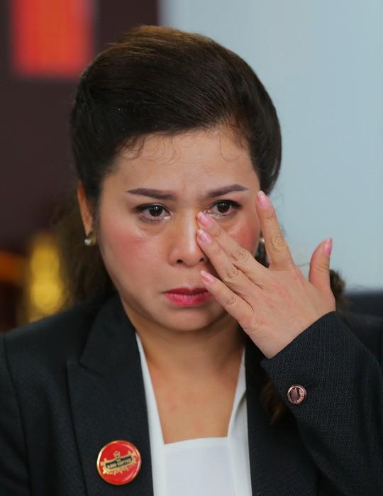 Bà Lê Hoàng Diệp Thảo nhiều lần khóc khi nhắc đến bệnh tình của chồng.