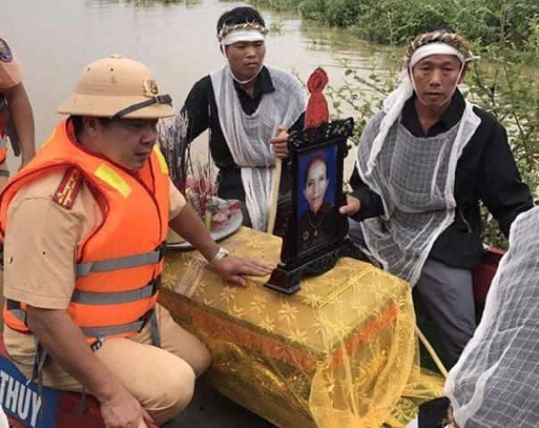 Cảnh sát giao thông dùng canô đưa người quá cố về nơi an nghỉ cuối cùng