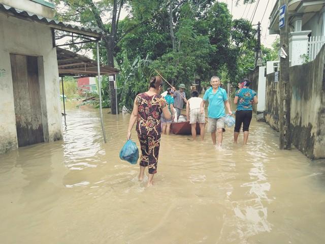 Người dân xã Thiệu Dương di chuyển đồ đạc, tài sản ra khỏi vùng ngập lụt