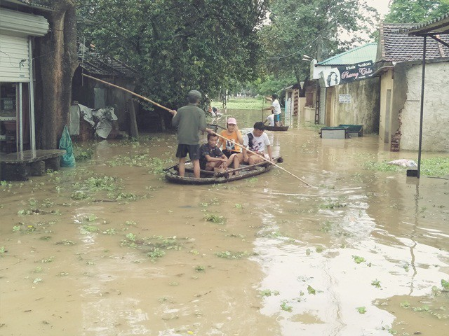 Hơn 3.000 hộ dân xã Thiệu Dương bị ngập sâu trong nước, phương tiện di chuyển chủ yếu là thuyền bè