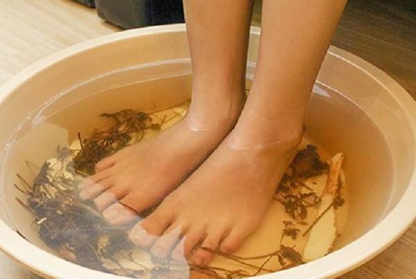 Khi ngâm chân nên đo nhiệt độ nước ở dưới 40 độ C.