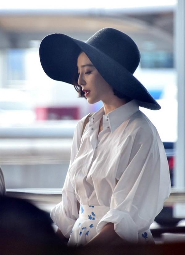 Ở đời thường nữ diễn viên cũng giữ được thần thái xinh đẹp, sang trọng.