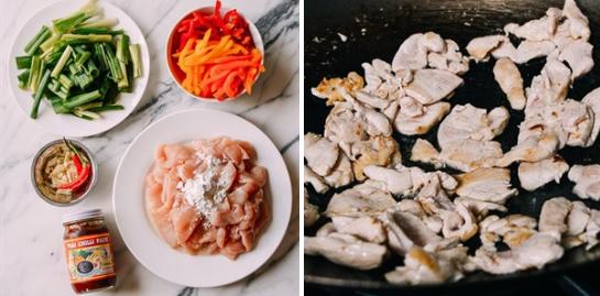 Ớt chuông đỏ rửa sạch, thái miếng dài mỏng, hành lá làm sạch, thái khúc khoảng 5cm. Trộn thịt gà với bột bắp và 1 muỗng canh dầu ăn. Tỏi và ớt thái lát. Cho 2 muỗng canh dầu ăn vào chảo, cho thịt gà vào xào khoảng 2 phút cho thịt gà săn lại.