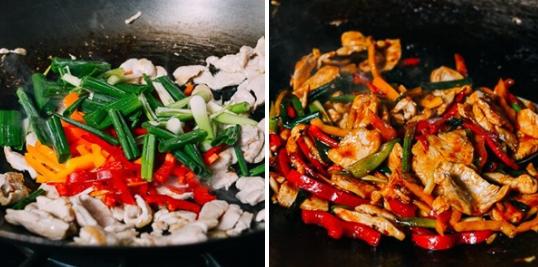 Sau đó cho ớt và tỏi thái lát vào đảo đều. Rồi cho ớt chuông vào. Cuối cùng cho nước mắm, sa tế vào đảo đều (nếu có thể bạn hãy sử dụng sốt ớt Thái Lan) thêm khoảng 3 phút thì tắt bếp.