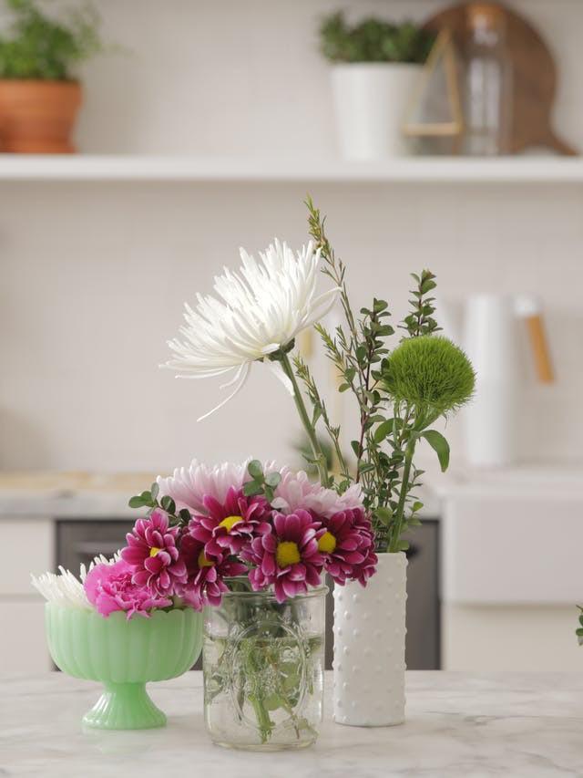 Nếu bạn chỉ có một nhúm hoa thì cũng đừng quá lo lắng, sử dụng một chiếc bình nhỏ hơn và đổ đầy nước vào bình cắm những bông hoa ấy. Sử dụng thủ thuật băng dính nếu bạn có những chiếc bình miệng rộng. Đặt đúng vị trí thì ngay cả khi sắp xếp kiểu này, những bông hoa vẫn hiện lên đẹp ngọt ngào đúng nghĩa.