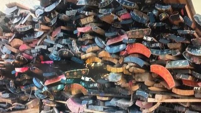 Hàng ngàn chiếc quan tài được xếp đống để chờ ngày tái chế thành đồ nội thất. (Nguồn: Handout)