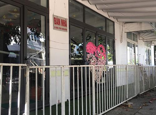 Trường mầm non chất lượng cao Chú Ếch Con ở đường Lê Văn Đức hiện treo biển bán nhà. Ảnh: Ngọc Trường.
