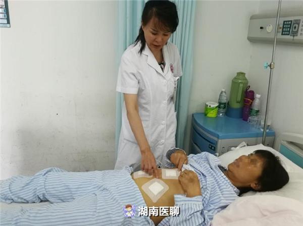 Giáo sư Liêu Xuân Hồng kiểm tra phục hồi sau phẫu thuật của bệnh nhân