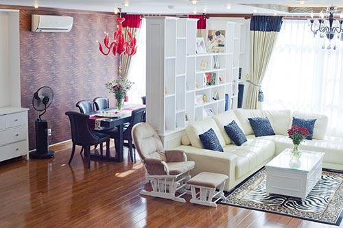Bên trong ngôi nhà là những không gian chức năng được tách biệt bởi màu sắc nhưng vẫn đảm bảo được phong cách đương đại xuyên suốt.