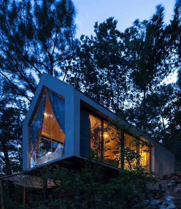 Căn nhà được xây dựng chủ yếu vằng các vật liệu nhẹ, dễ kiếm, dễ vận chuyển, chi phí hợp lý: gỗ, đất sét, thép hộp, kính…