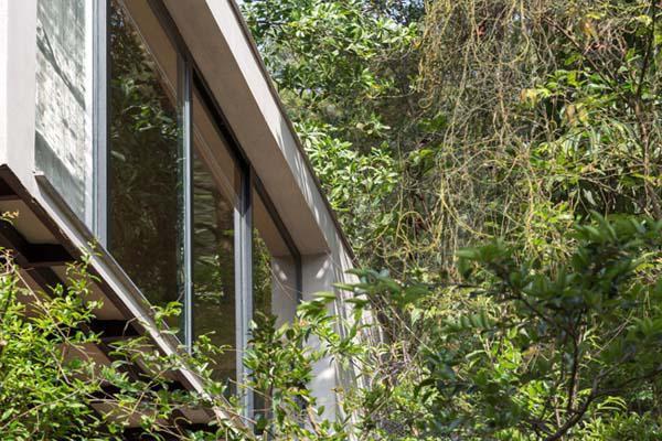 Tải trọng của căn nhà được giảm hết mức có thể, từ đó làm giảm cấu trúc của nền móng, tránh tác động quá nhiều đến tự nhiên.