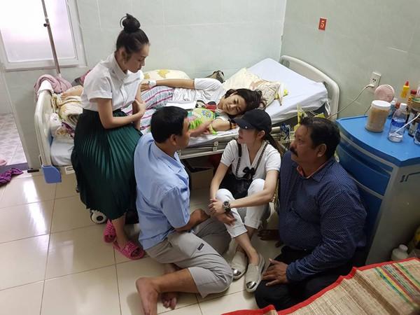 MC Quyền Linh gây xúc động với hình ảnh ngồi bệt dưới đất trò chuyện cùng Mai Phương.