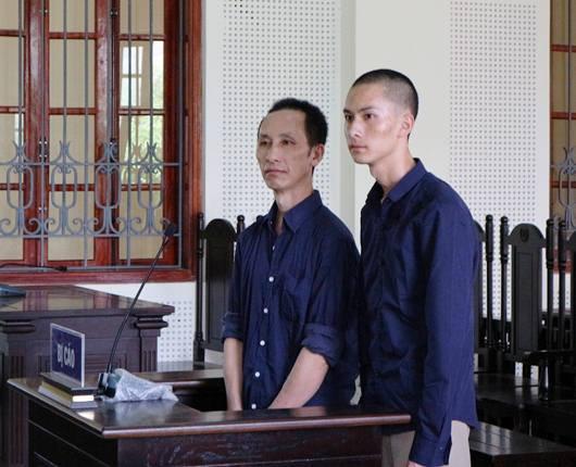 Hai cha con Vừ và Bì tại phiên tòa.