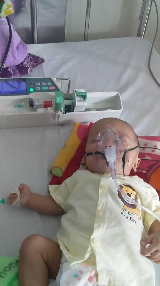 Bé Tuấn Anh điều trị ở Bệnh viện Nhi Trung ương và phải thở oxy 15 ngày nay.