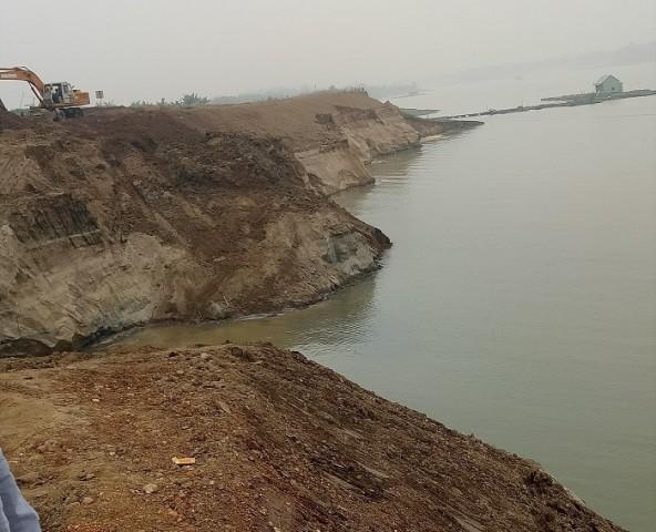 Bờ bãi ven sông của người dân xã Tử Đà bị sạt lở do Công ty Thái Sơn tận thu cát. Ảnh: Nguyễn Nam