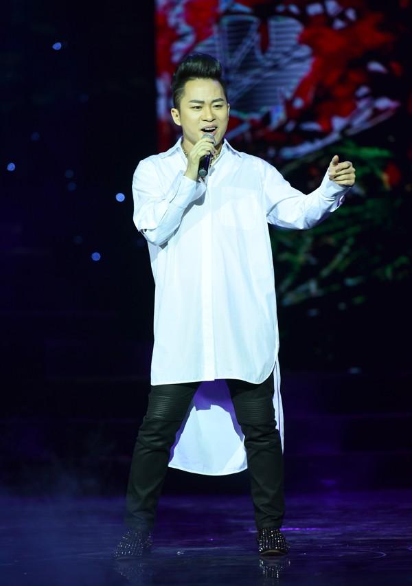 Ca sĩ Tùng Dương hát Thuyền và biển và Lời chào mùa hạ trong chương trình. Ảnh: Giang Huy