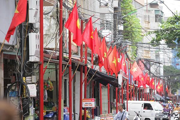 Đường Đình Thôn rợp cờ đỏ chào mừng Quốc khánh 2-9.