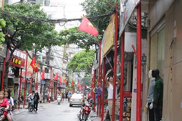 Trên mỗi cột có gắn vị trí treo cờ Tổ quốc với chiều cao đồng đều 2,5 mét so với mặt đất.