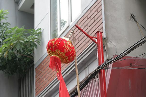 Trên các cột có giá để treo đèn lồng trang trí trong những lễ hội truyền thống.