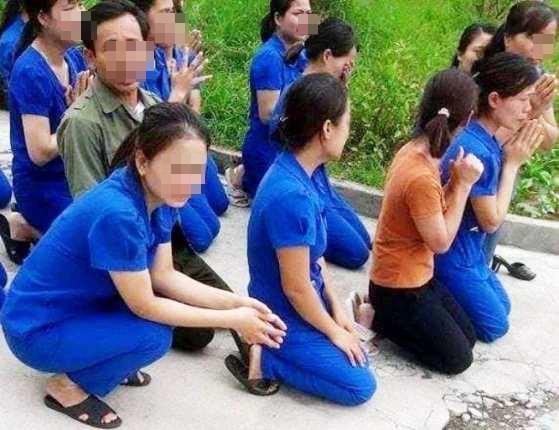 Các giáo mầm non quỳ xin lãnh đạo huyện xem xét lại quyết định.