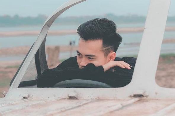 """Trước khi kết thân với mái tóc bạch kim, Văn Toàn chọn kiểu undercut. Đường cạo một bên tóc giúp anh """"ngầu"""" và cực thời trang. 90% các chàng trai hiện này đều từng để kiểu tóc thời thượng này. Hiển nhiên, Văn Toàn cũng không phải ngoại lệ."""