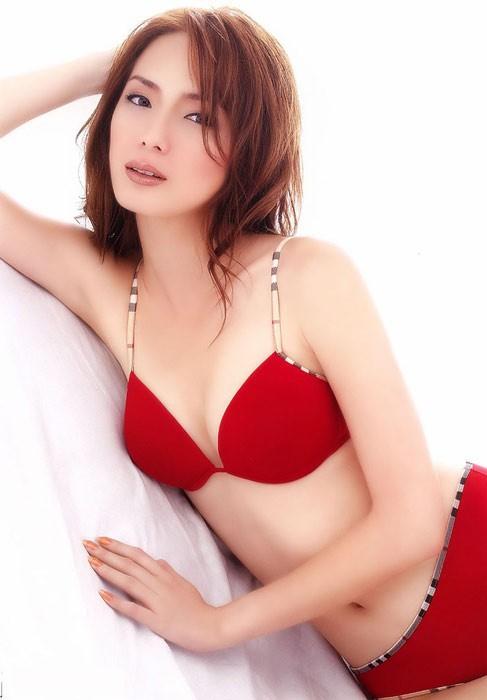 Trên màn ảnh, Trịnh Tú Trân là mỹ nữ cổ trang hiền thục nhưng ngoài đời cô lại có vẻ đẹp nóng bỏng.