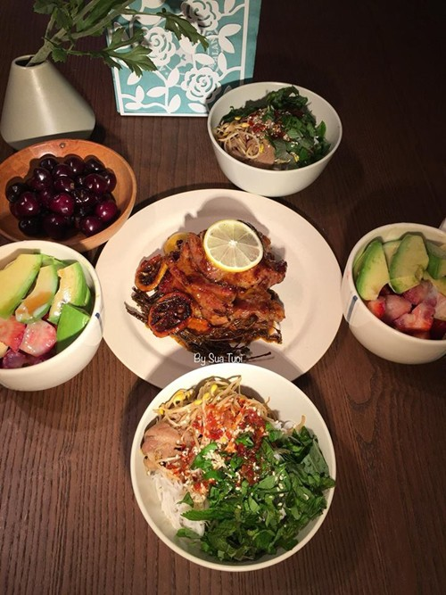 Riêng thịt gà, chị Thu Trang có tới vài cách dùng gia vị như: lá chanh; xả, tắc, sa tế.