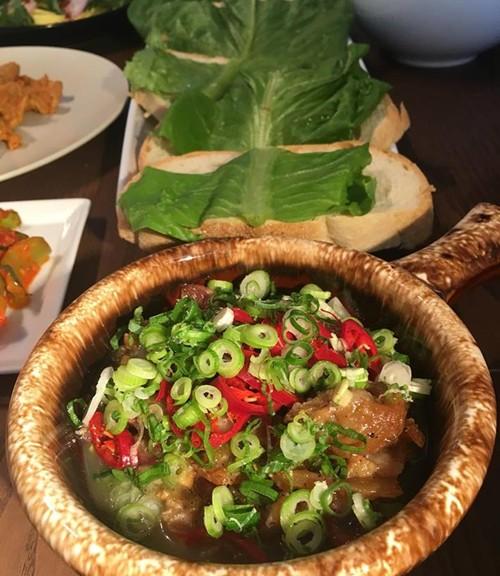 Thịt nguội dễ dàng kết hợp cùng mù tạt vàng, bột hành tỏi, lá thơm...