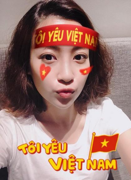 Ngay cả khi ở nhà theo dõi tuyển Việt Nam thi đấu, Đỗ Mỹ Linh cũng có cách đặc biệt để thể hiện tình cảm.
