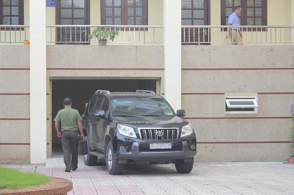 Cơ quan công an khám xét nơi làm việc của các cán bộ Sở GD&ĐT tỉnh Hòa Bình trong vụ việc tiêu cực điểm thi. Ảnh: Q.A
