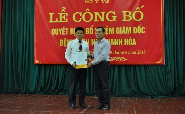 Ông Phạm Đăng Quyền, phó chủ tịch tỉnh trao quyết định bổ nhiệm giám đốc Bệnh viện Nhi cho ông Lê Đăng Khoa
