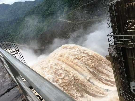 Thủy điện Bản Vẽ đang xả lũ với mức cao kỷ lục.