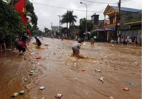 Nước lũ về bất ngờ khiến một siêu thị ven quốc lộ 6 Sơn La không kịp di dời, hầu hết hàng hoá bị cuốn trôi.