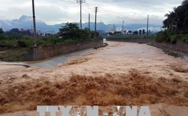 Nước lũ vẫn tiếp tục đổ về sông, suối ngày càng lớn tại phường Hữu Nghị, thành phố Hòa Bình. Ảnh: TTXVN