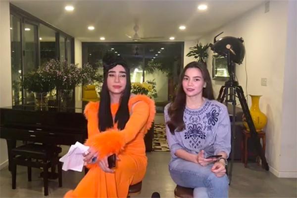 Hồ Ngọc Hà (phải) trong buổi giao lưu tại nhà riêng tối 30/8. Nghệ sĩ hài Lê Dương Bảo Lâm (trái) làm MC.