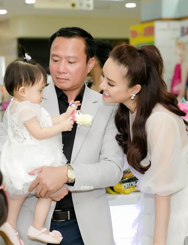 Bé Tuệ An - con gái Vy Oanh - được gần 1 tuổi, quấn bố không rời. Trong khi đó, con lớn của Vy Oanh cũng theo bố mẹ đi sự kiện nhưng chạy nhảy không ngừng.