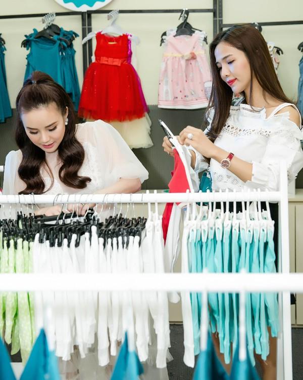 Vy Oanh nhiệt tình giúp Kim Cương (phải) chọn trang phục cho con.