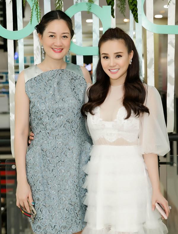 Hoa hậu Áo dài Đàm Lưu Ly (trái) ủng hộ Vy Oanh thử sức kinh doanh.