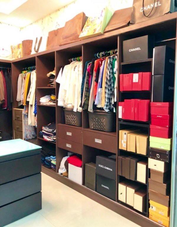 Một góc căn phòng chứa đầy những món đồ hàng hiệu khiến người hâm mộ phải xuýt xoa bởi có thể nhanh chóng kể tên những thương hiệu thời trang đình đám thế giới.